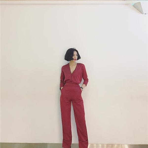 Set đồ đỏ lưng cao làm nổi bật đôi chân thon dài của nữ ca sĩ.