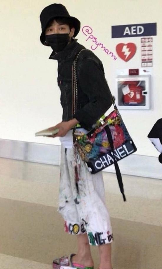 """Vàhình ảnh mới nhất của anh chàng tại sân bay trong thời gian gần đây đã khiến cho không ít fan bị """"sốc văn hóa"""". Vẫn chiếc quần đó, vẫn chiếc túi đó và đôi dép quen thuộc kia, chỉ khác chăng là GD đã... thay áo mà thôi."""