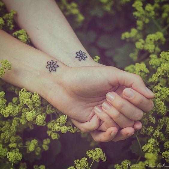 Một bông hoa nhỏ xinh nơi cổ tay sẽ chỉ giúp bạn thêm phần nữ tính và gợi cảm mà thôi.