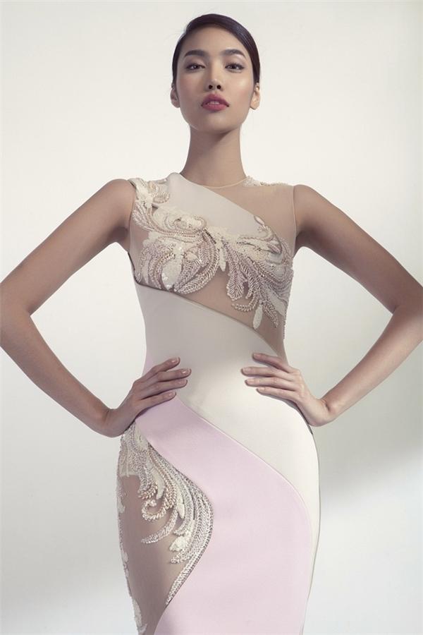 Người đẹp khoe dáng với váy ôm sát. Điểm nhấn của thiết kế nằm ở đường cắt lượn sóng.