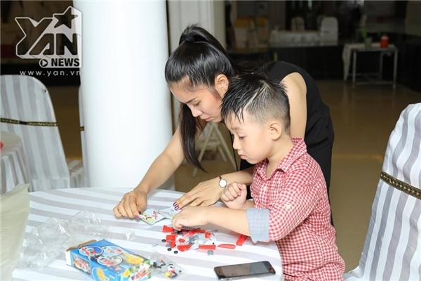 Dù bận rộn với việc chuẩn bị lễ cưới nhưng Lê Phương vẫn tranh thủ chơi cùng con trai Cà Pháo. - Tin sao Viet - Tin tuc sao Viet - Scandal sao Viet - Tin tuc cua Sao - Tin cua Sao