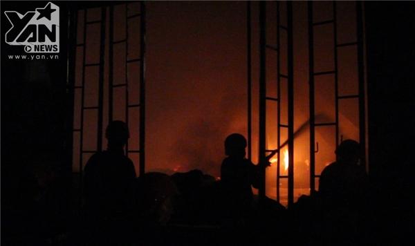 Sau gần 4h ngọn lửa mới được dập tắt hoàn toàn