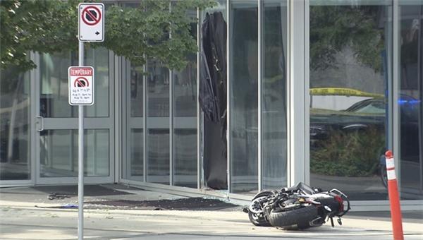 Hiện trường vụ tai nạn xe máy trên đường phố Vancouver.