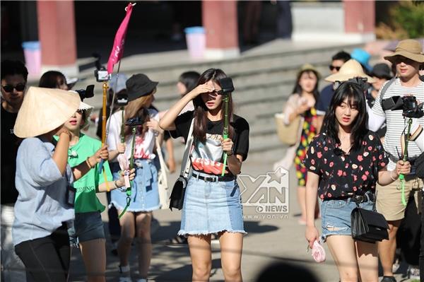"""Tzuyu và Jihyo cũng """"bơ phờ"""" vì trời nắng."""