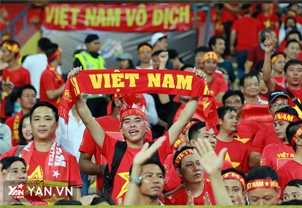 Các cổ động viên Việt Nam nhuộm đỏ khán đài tại Malaysia.