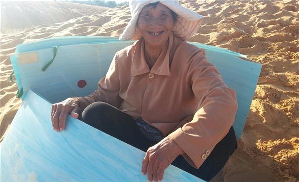 Một cụ bà gần 80 tuổi cho thuê ván trượt tại đồi cát. Cuộc sống mưu sinh vất vả giữa cái nắng chói chang ban trưa, cụ vẫn tươi cười, ánh mắt hiền hậu, khiến ta không thể quên được tấm lòng mến khách của người dân tại mảnh đất đầy khắc nghiệt này. Ảnh: Ducthao Cao