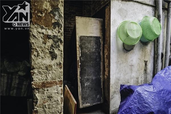 Cửa nhà ọp ẹp không đóng kín khiến nhiều người cảm thấy bất tiện mà chẳng biết làm thế nào