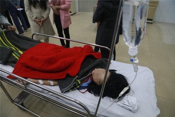 Các em học sinh được cấp cứu tại Bệnh viện đa khoa Lâm Đồng.