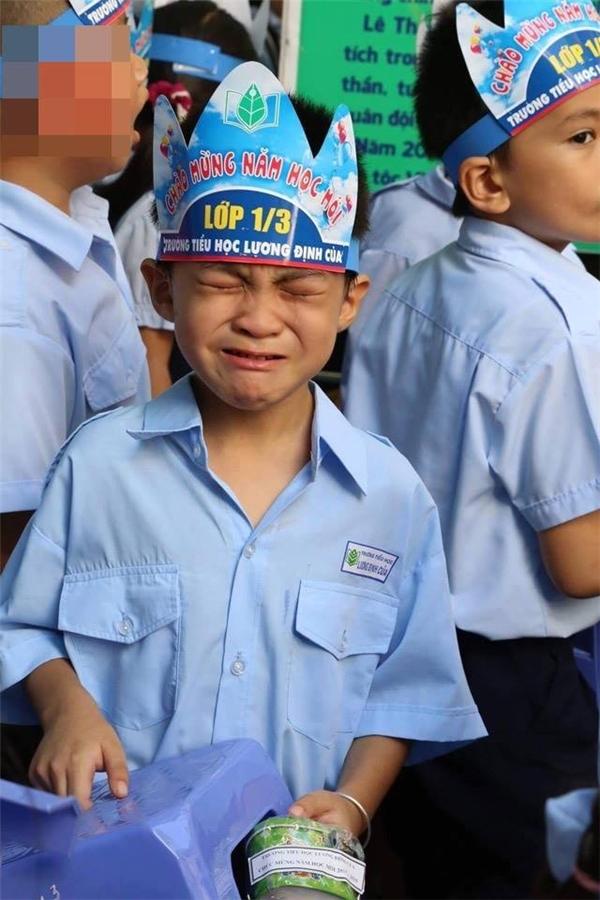 """Lễ khaigiảng đã kết thúc, tân học sinh lớp 1 bắt đầu vỡ oà """"tiếng khóc""""."""