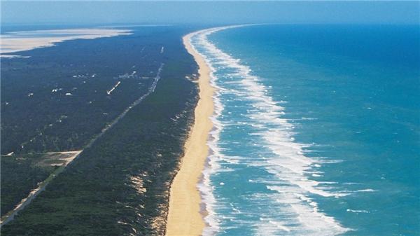 Bãi biển Ninety Mile (Australia) có chiều dài 144 km. Đây là một trong những bãi biển hoang sơ nhất trên thế giới. Du khách có thể tham gia các hoạt động câu cá, bơi lội, ngắm cá heo, tắm nắng hoặc đi dạo. Ảnh: Best Toppers.