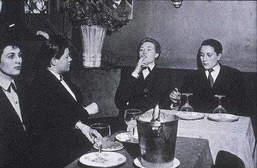 Một câu lạc bộ những người đồng tính nữ trong quá khứ. Có thể thấy, những cô gái này ăn mặc không khác gì đàn ông