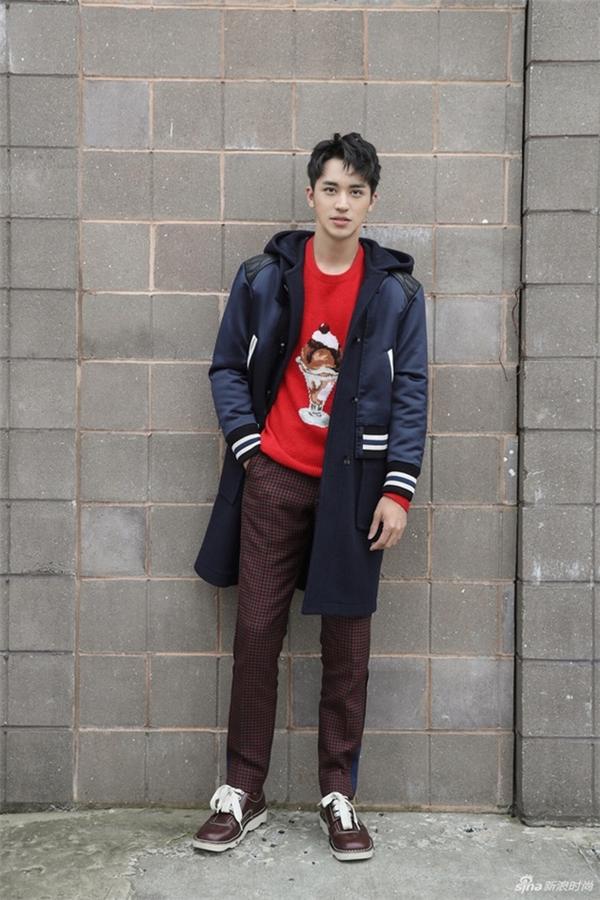 Mỹ nam 9X Hứa Ngụy Châu xuất hiện đơn giản trong bộ cánh áo len, quần kẻ ô và áo khoác có sự pha trộn nhiều màu sắc tinh tế.