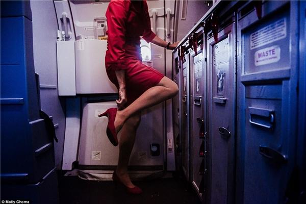Đôi giày cao gót chính là người bạn đồng hành không thể thiếu của nữ tiếp viên hàng không.