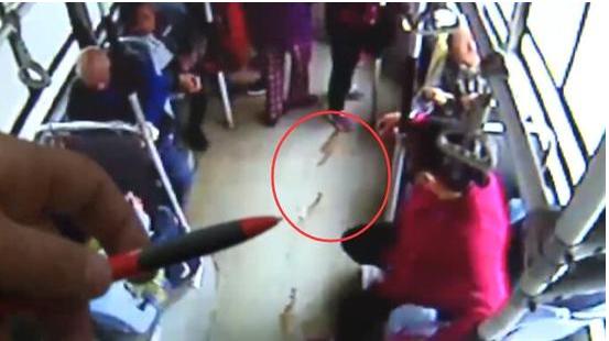 Trích xuất camera giám sát trên xe buýt, cho thấy vệt máu kéo dài khắp xe