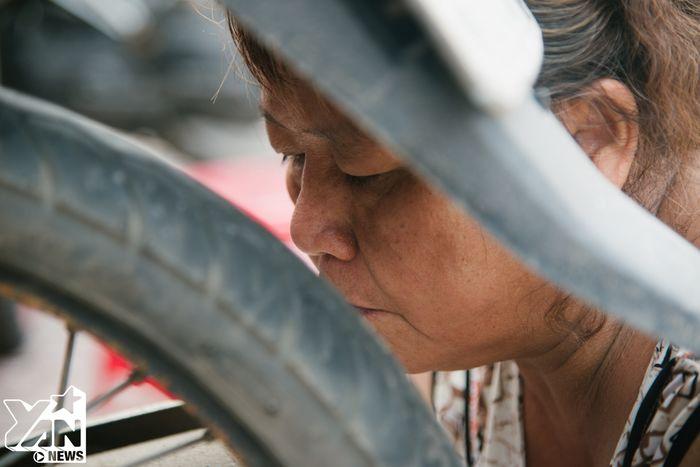 Chuyện 7 chị em gái hơn 50 năm cầm cờ lê, mỏ lết sửa xe máy giữa Sài Gòn