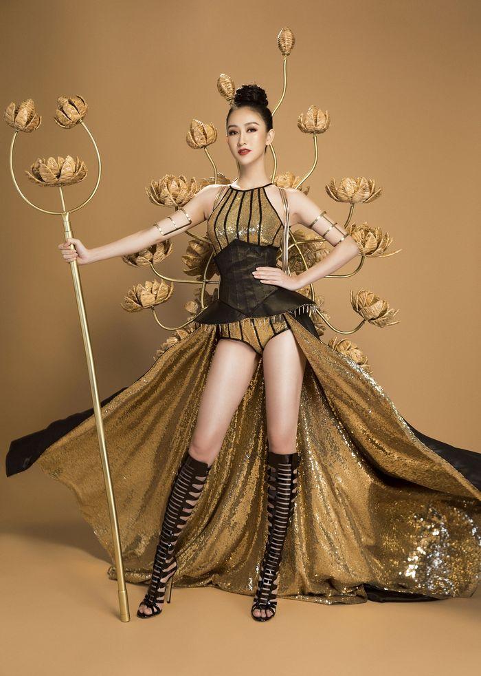 Khi chính thức giới thiệu bộ trang phục dân tộcHà Thucùng ê-kíp của mình đãkhiến chokhán giả quê nhà khá sốc và bất ngờ.