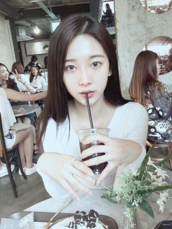 """Nhan sắc đời thường của """"bạn gái cũ"""" Jungkook vô cùng tỏa sáng vàthu hút mọi ánh nhìn."""