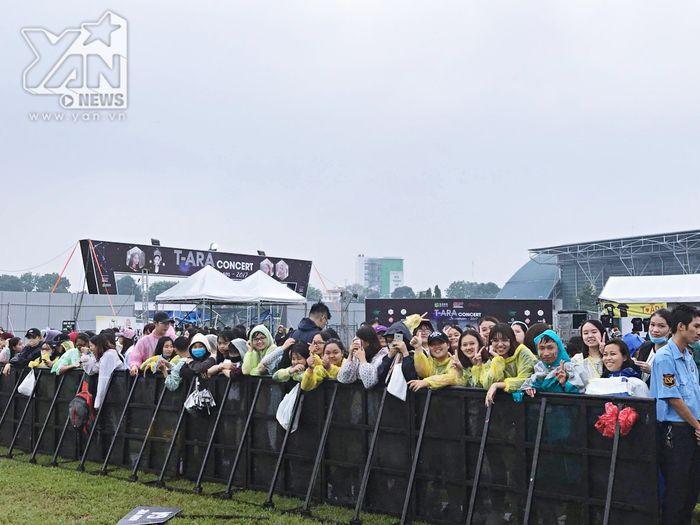 Người hâm mộ vẫn vui vẻ chờ đợi tại SVĐ Phú Thọ mặc dù đang mưa gió khá lớn.