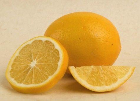 Hàm lượng vitamin C trong chanh có tác dụng làm giảm lượng dầu tiết ra trên da, nhanh chóng làm khô những nốt mụn.