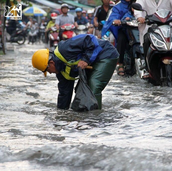Sài Gòn: Người dân khổ sở vì ngập sau cơn mưa chiều nay 7/11