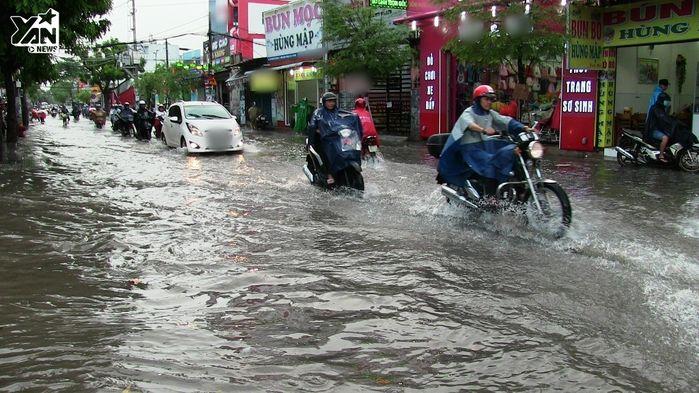Thủy triều trên sông Sài Gòn vẫn đang dâng cao.