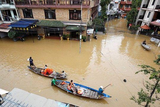 Nước lũ dâng cao ở nhiều khu vực ở Hội An. Ảnh: Reuters