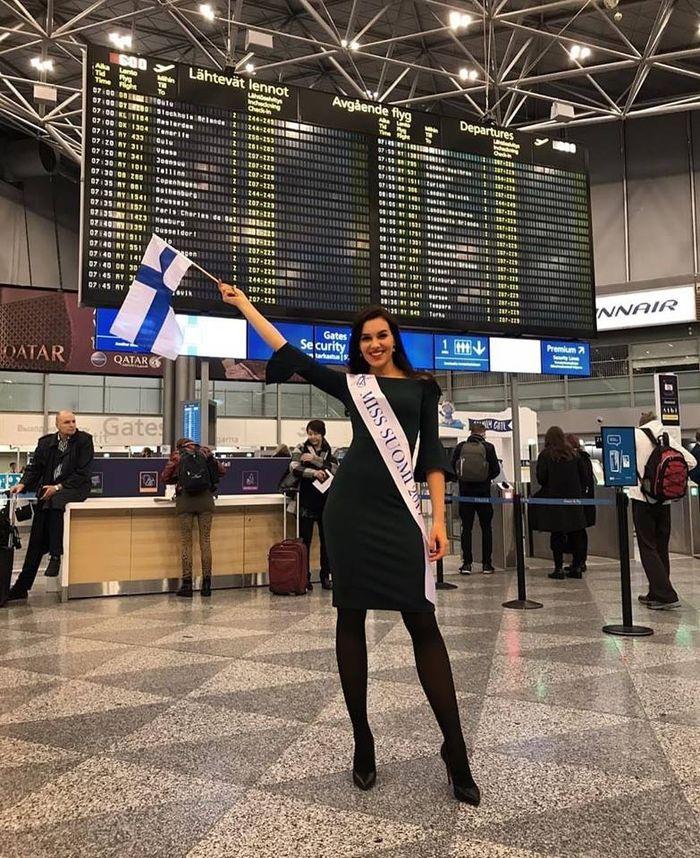Đại diệnđến từ Phần Lankhoe vóc dáng hoàn hảo tại sân bay.