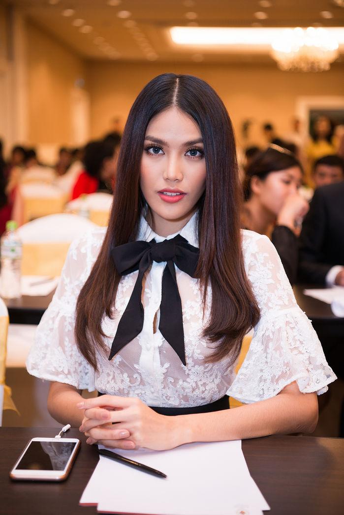 Phạm Hương vắng mặt, Lan Khuê bất ngờ đến chúc mừng tân Hoa hậu Hoàn cầu 2017 Khánh Ngân