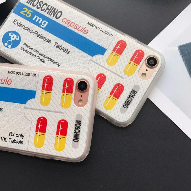 Dường như mọi thứ bình thường trong cuộc sống đều có thể tạo cảm hứng cho Jeremy Scott sáng tạo. Vỉ thuốc cũng có thể trở thành chiếc ốp điện thoại độc lạ và thời thượng.