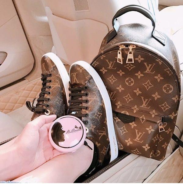 Ngọc Trinh khiến các tín đồ thời trang vừa mơ ước vừa ghen tị khi khoe bộ đôi balo và sneaker thuộc thương hiệu Louis Vuitton. Tổng 2 items này có giá khoảng tầm 65 triệu đồng.