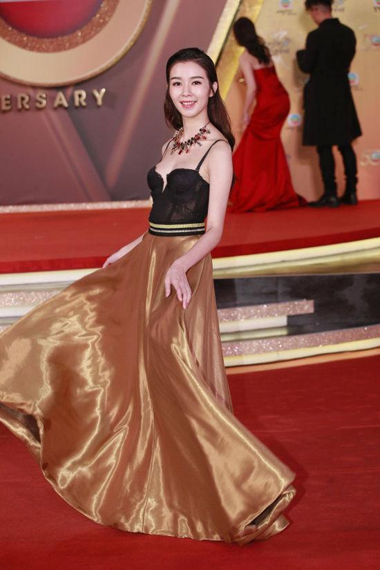 Mạch Minh Thi lại xuất hiện đầy mới lạ với chiếc đầm gam màu trầm pha chân váy vàng đồng khoe vòng một vừa mắt.