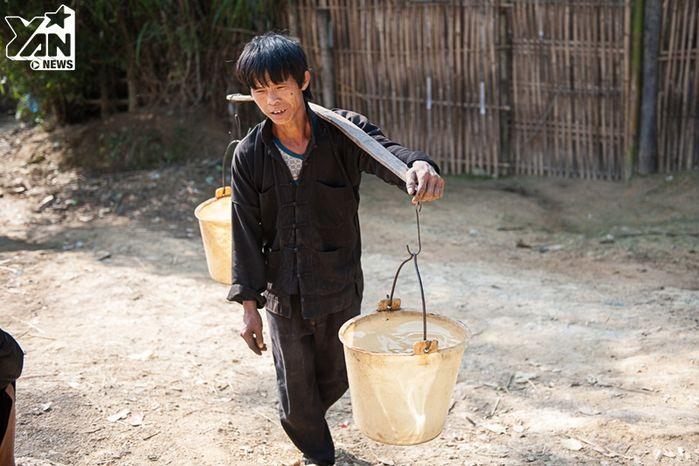 Nơi đây nước vô cùng khan hiếm, người dân phải đi hàng km đường đồi núi để gánh nước.