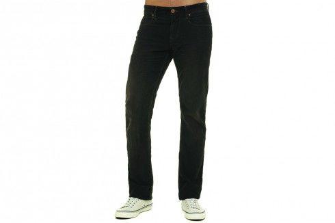 Ngoài bốt, giày thể thao, jeans còn thích hợp với các loại giày điệu đà đế mỏng và mũi nhọn.