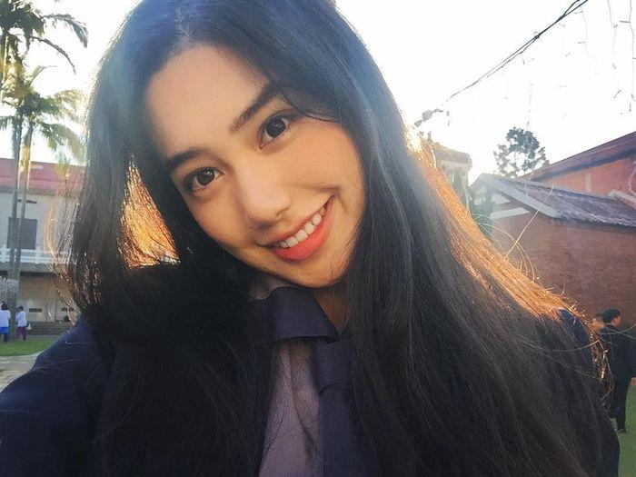 Cô bạn Trung Quốc nổi bật với combo:Cười xinh + dáng đẹp + tóc dài hot nhất MXH hôm nay