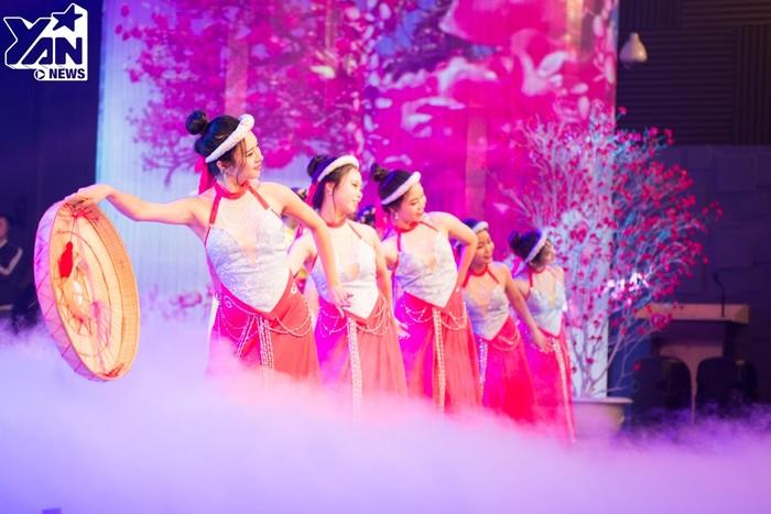 Mở màn chương trình là những màn múa trên làn điệu mùa xuân đầy rộn ràng, tươi vui