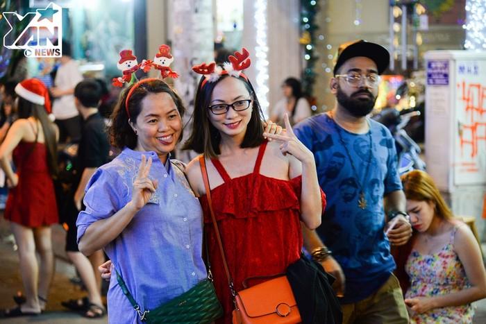 Chùm ảnh: Giới trẻ Hà Nội và TP. HCM đổ xô ra đường tận hưởng không khí Giáng Sinh