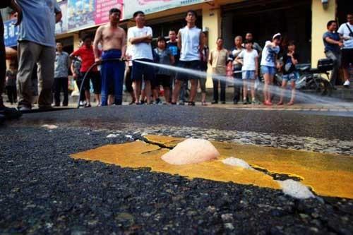 Bọt sùi lên từ những kẽ nứt trên mặt đường.