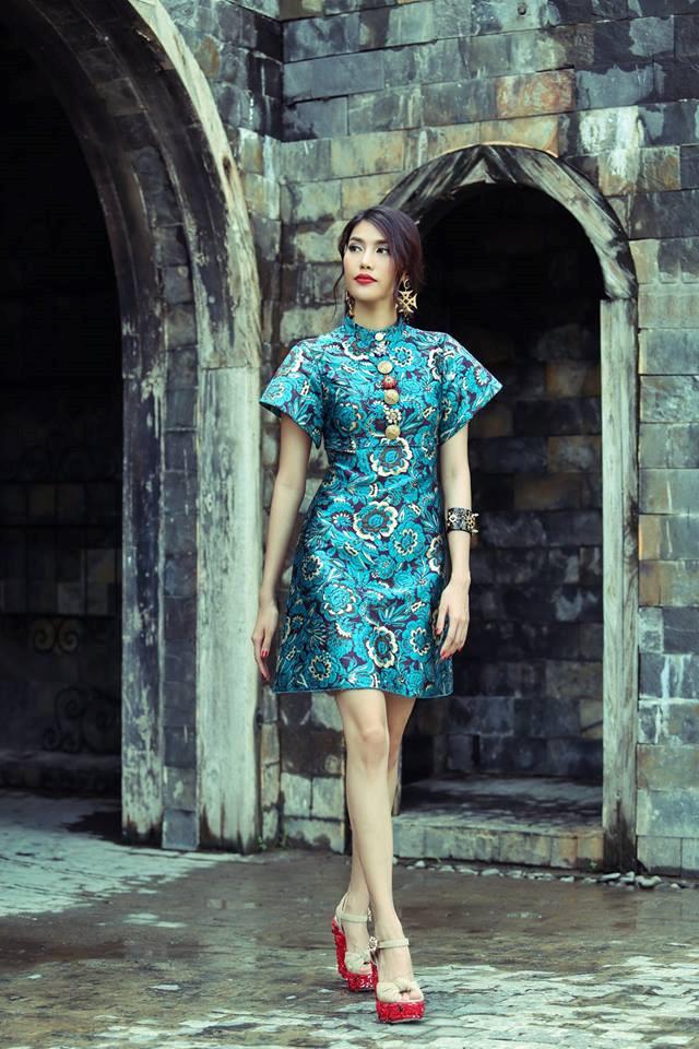 """Mâu Thủy cũng từng diện chiếc váy họatiết khá đắt đỏ của nhãn hàng Dior trên bìa tạp chí nhưng lại """"đụng hàng""""Lan Khuê. Rất khó để so sánh ai hơn ai vì mỗi người đều tỏa sáng theo cách riêng."""