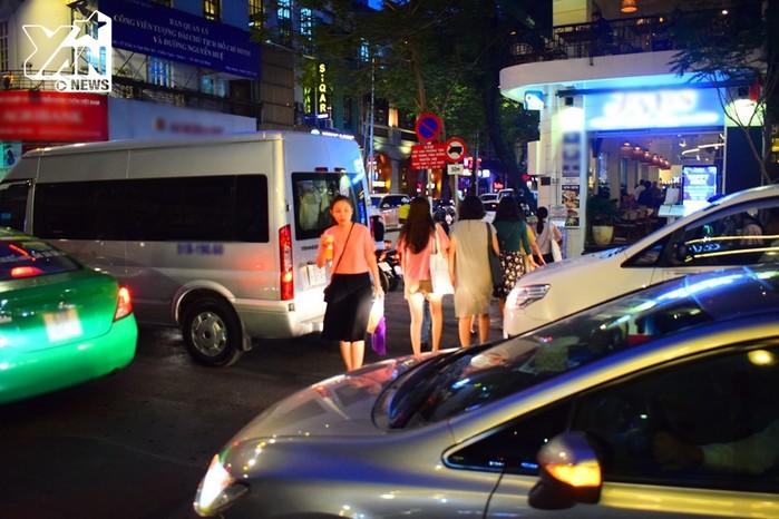 Nhiều người dân thậm chí còn luồn lách giữa các xe để băng qua đường