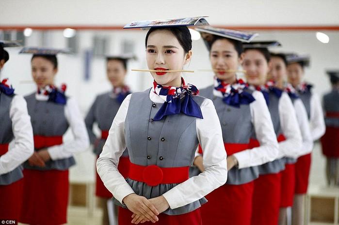 Tiếp viên hàng không Trung Quốc khổ luyện để có nụ cười đẹp quyến rũ