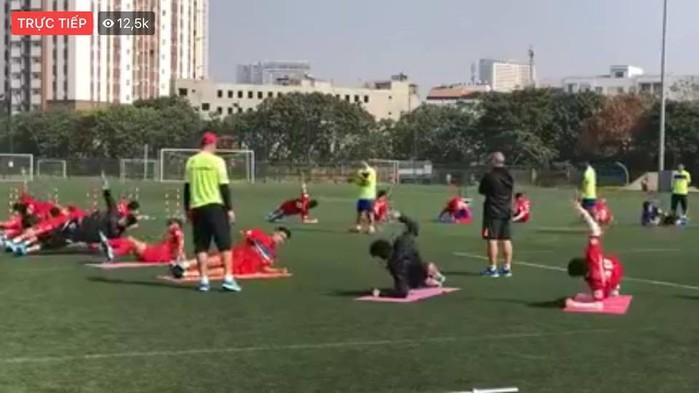Các tuyển thủ được tập luyện theo sự chỉ dẫn của các HLV