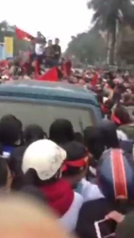 Nóng: Hàng nghìn người dân Thanh Hóa quyết ôm chặt xe anh em Bùi Tiến Dũng trên đường về quê