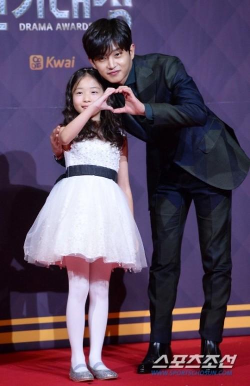 Những sao nhí được Song Joong Ki, Gong Yoo và loạt mỹ nam Hàn cưng chiều khiến fan nữ ghen tị