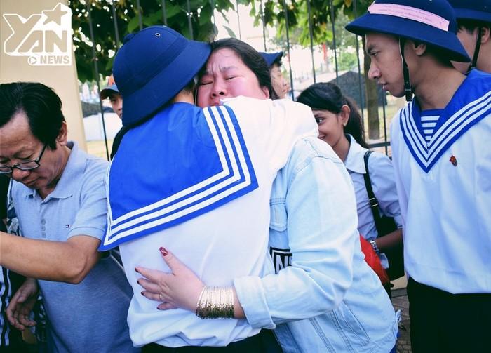 Xúc động cảnh tiễn con đầy nước mắt, của hàng ngàn gia đình tân binh ngày nhập ngũ tại TP.HCM