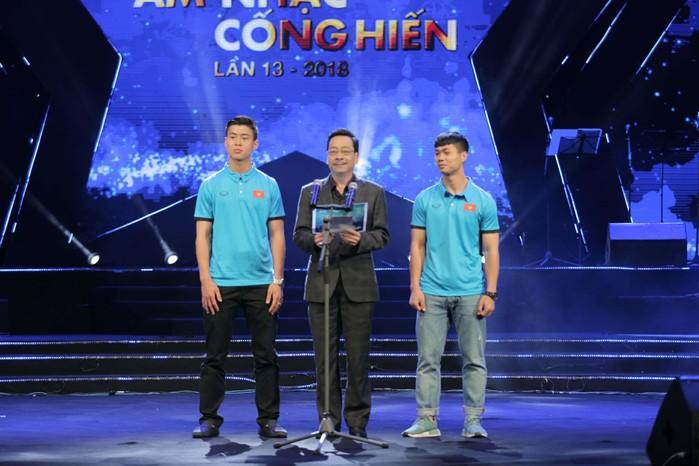 Cầu thủ Công Phượng và Duy Mạnh cùng NSND Hoàng Dũng trao giải Nghệ sĩ mới của năm.