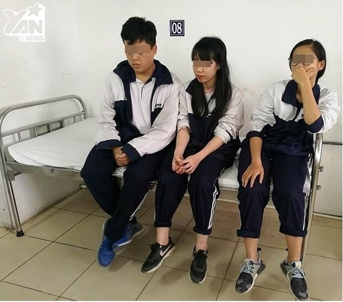 Ba học sinh bị thương là Vũ Tuấn Hưng, Lê Minh Ánh và Nguyễn Thúy Quỳnh khám tại bệnh viện Thanh Nhàn