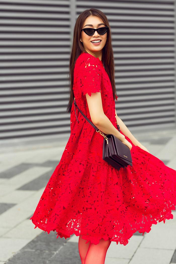 Với thiết kế váy chữ A nổi bật, Lệ Hằng dễ dàng khoe được đường cong nóng bỏng cùng với hoạ tiết ren truyền thống.