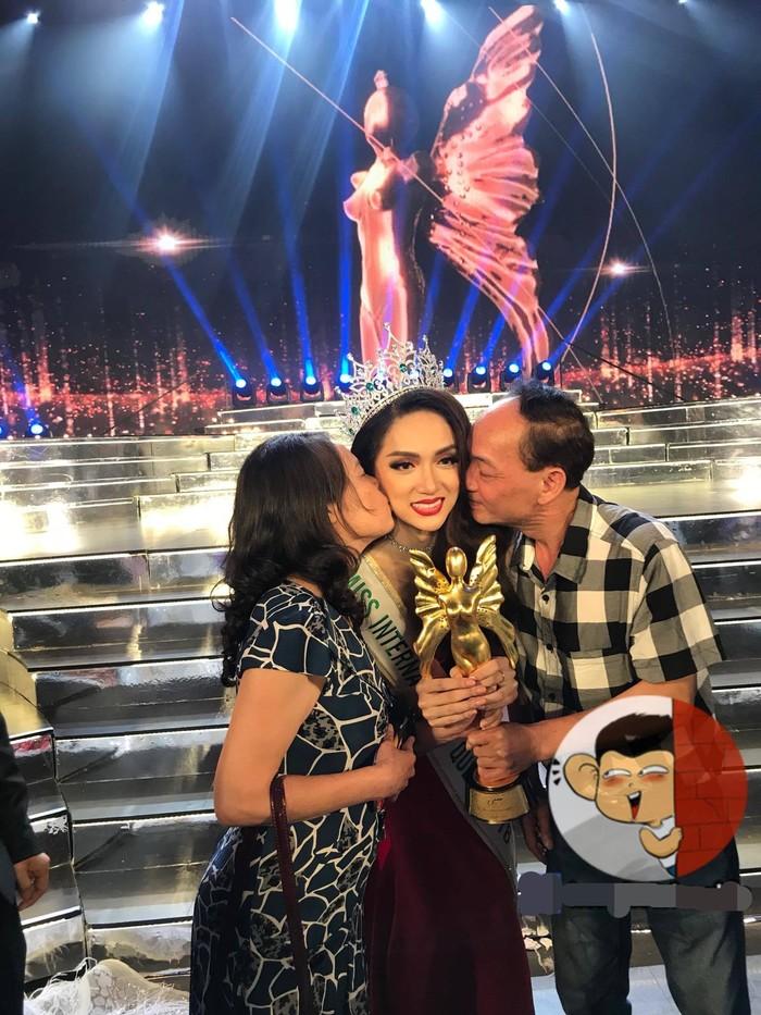 Khoảnh khắc đáng giá khi bố mẹ ôm, hôn tươi cười trong hạnh phúc cạnh bên lúc Hương Giang Idolđăng quang ngôi vị tân Hoa hậu Chuyển giới Quốc tế 2018.
