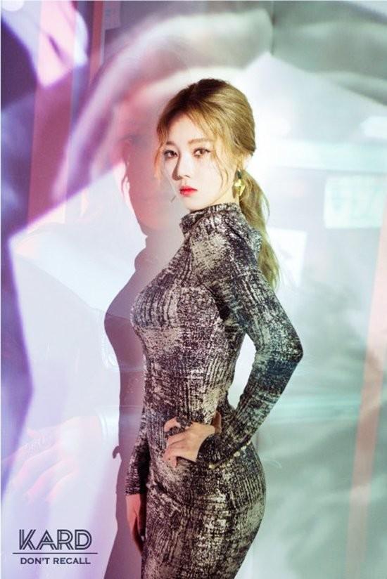 Nhưng theo thời gian, công chúng dần phát hiện ra ngoài tài năng âm nhạc, Somin còn có ngoại hình vô cùng rực rỡ.