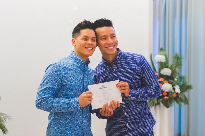 Với cặp đôiJohn Huy TrầnvàNhiệm Huỳnh, lần đăng ký kết hôn này có ý nghĩa vô cùng quan trọng, đánh dấu cuộc hôn nhân của cả hai được luật pháp công nhận. - Tin sao Viet - Tin tuc sao Viet - Scandal sao Viet - Tin tuc cua Sao - Tin cua Sao
